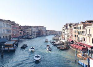 Wanneer de boot ronkend aanmeert op Burano – en we Venetië lang en breed achter ons hebben gelaten – valt je meteen één ding op: de kleurrijke huisjes stralen je tegemoet. Ik kreeg echt duw en trek neigingen – laat me erlangs, ik wil die boot uit – omdat ik zo enthousiast raakte van dit schattig stukje eiland. En toen had ik nog niet eens het centrumpje gezien.